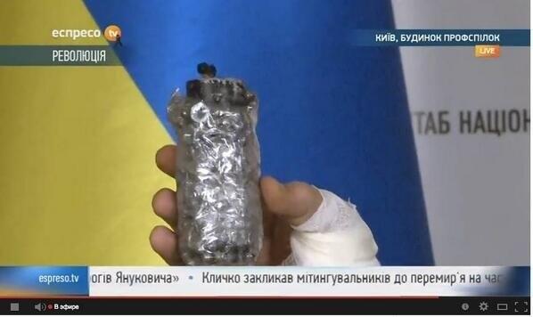 Utilisation de grenades assourdissantes avec une petite touche personnelle : des clous