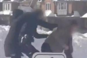 L'agression de la policière a été captée sur vidéo.